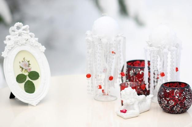 Winterdekor für eine hochzeit, blumenzusammensetzung von roten rosen