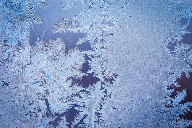 Wintereismuster auf dem gefrorenen fenster