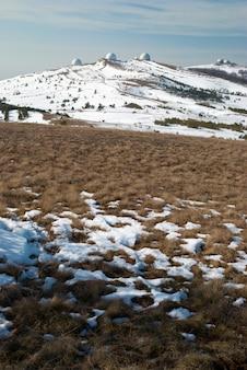 Winterfeld in den bergen.