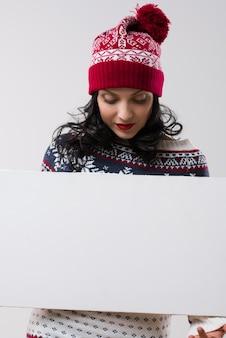 Winterfrau, die copyspace hält