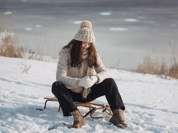 Winterfrau, die spaß draußen hat
