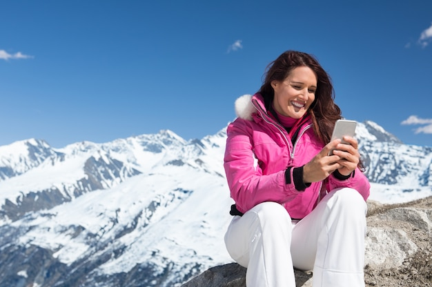 Winterfrau mit telefon