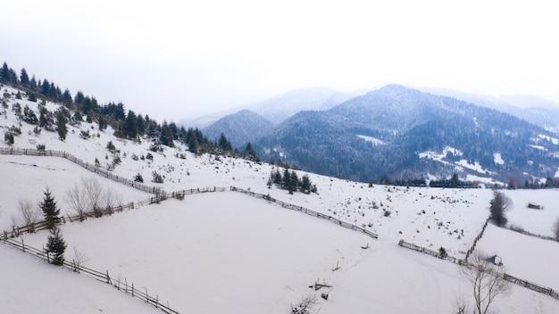 Wintergebirgslandschaft. blick auf den morgenhimmel vom mount gimba.