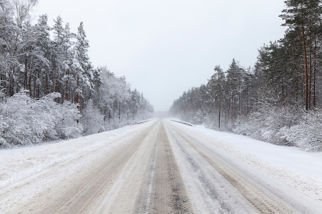 Wintergepflasterte straße für fahrzeuge