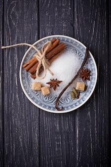 Wintergewürze zimt, anis, kardamom, vanille. selektiver fokus