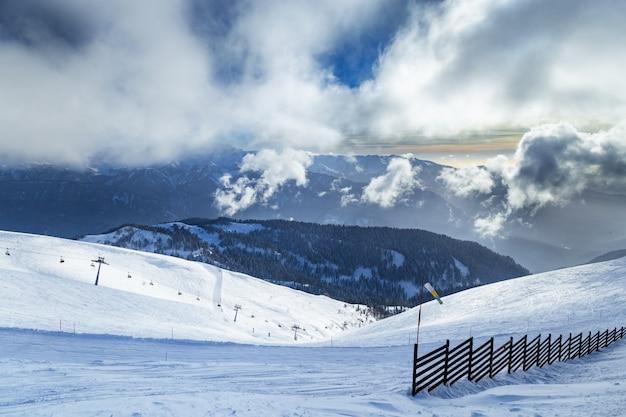 Wintergipfel des kaukasus und des blauen himmels mit wolken