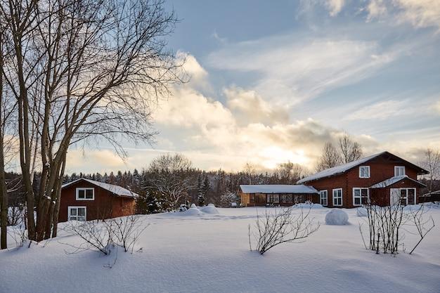 Winterhaus auf schneebedeckter panoramalandschaft des winters