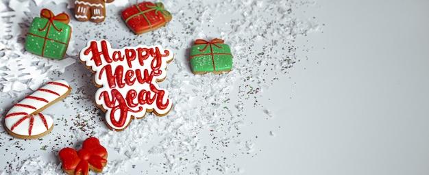 Winterhintergrund mit verziert mit glasurlebkuchen, schneeflocken und konfetti draufsicht. frohes neues jahr