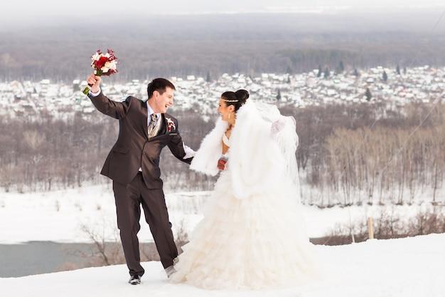 Winterhochzeit. schönes junges paar braut und bräutigam