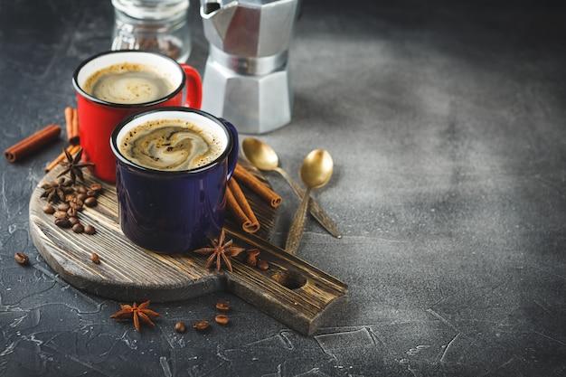 Winterkaffee mit gewürzen in farbig emaillierten tassen