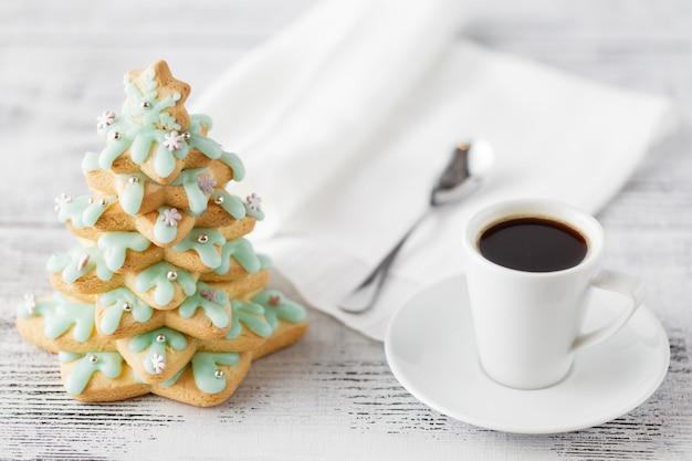 Winterkaffee mit lebkuchenbaumplätzchen