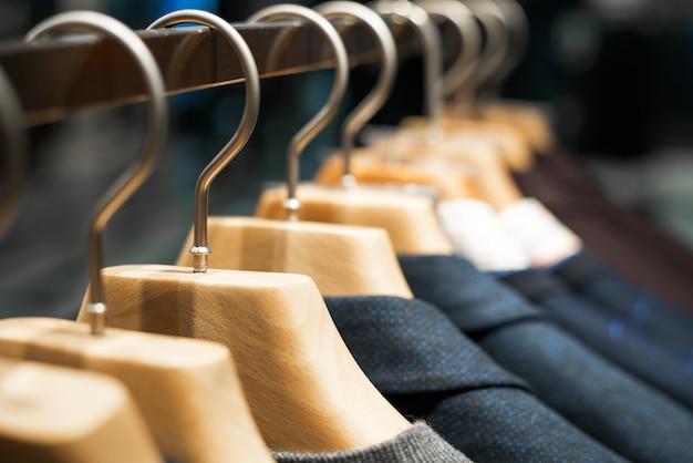Winterkleidung hing an einem kleiderständer