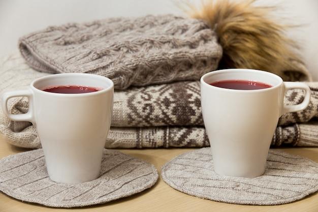 Winterkleidung und zwei tassen glühwein