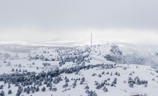 Winterlandschaft, berge mit schnee bedeckt.