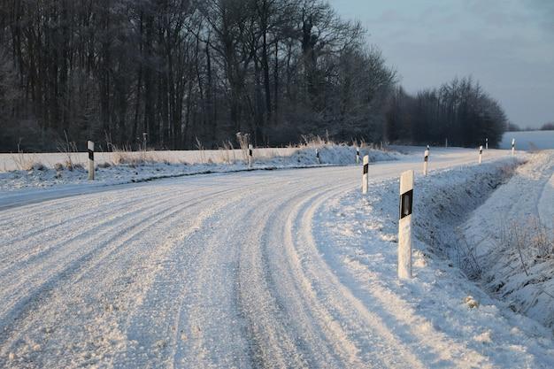 Winterlandschaft - eine schneebedeckte straße durch ein dorf