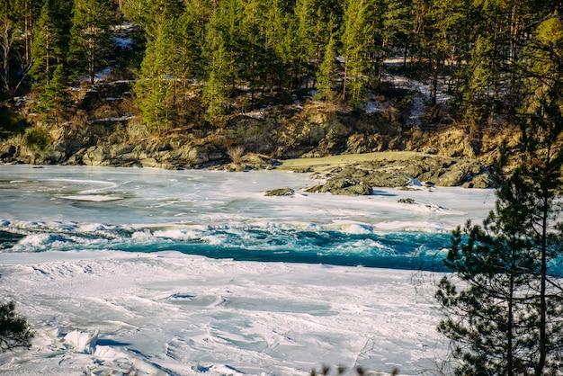 Winterlandschaft, gebirgsflusstal