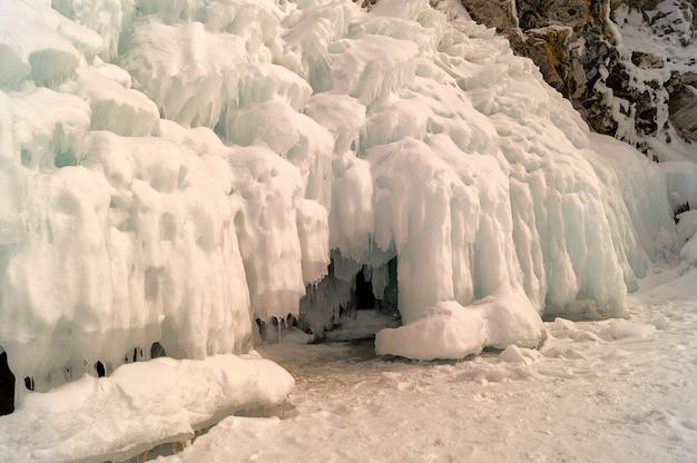 Winterlandschaft im baikal see in olkhon-insel, sibirien, russland