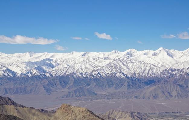 Winterlandschaft in leh ladahk. blick auf den himalaya.