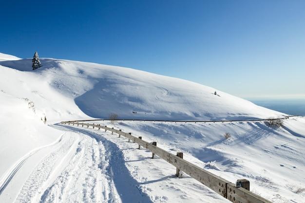 Winterlandschaft, kurvenstraße mit schneelandschaft