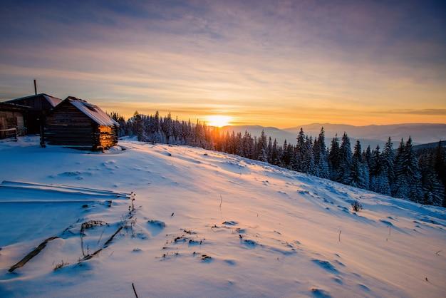 Winterlandschaft mit schnee in den bergen