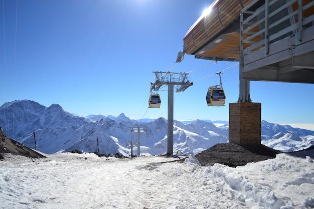 Winterlandschaft mit schnee und bäumen schneeberg.