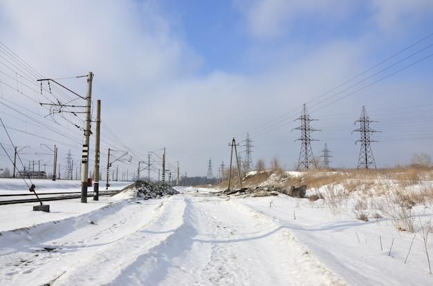 Winterlandschaft mit türmen von fernleitungen