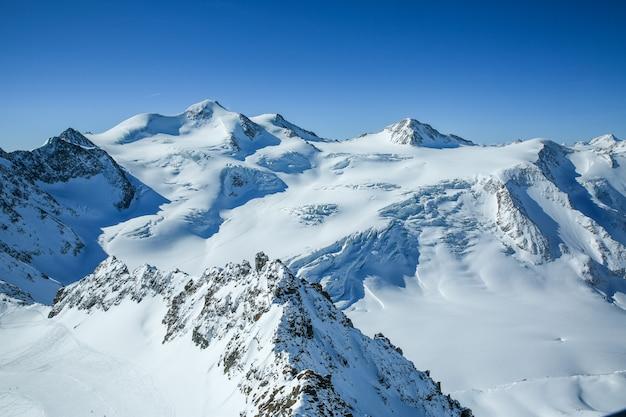 Winterlandschaft, panorama des skigebiets mit skipisten. alpen. österreich. pitztaler gletscher. wildspitzbahn