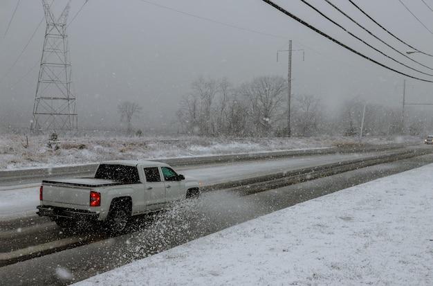 Winterlandschaftsstraße und -bäume bedeckt mit schnee