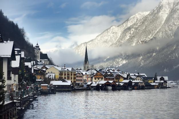 Winterliche aussicht auf das dorf hallstatt in den österreichischen alpen