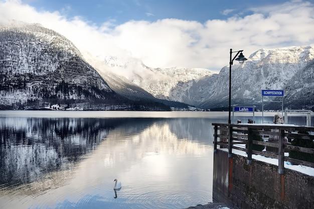 Winterliche aussicht auf dorf und see hallstatt in den österreichischen alpen