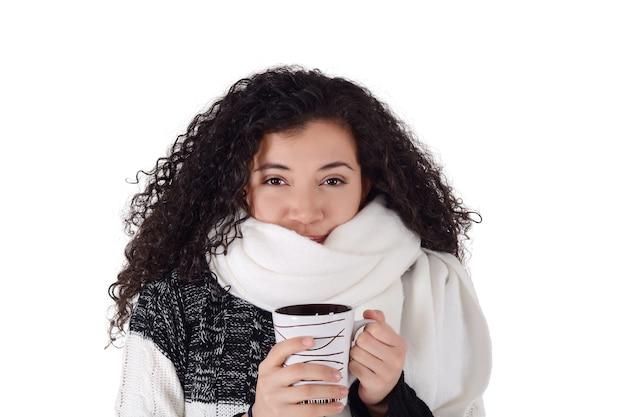 Wintermädchen, das kaffee zum aufwärmen trinkt.