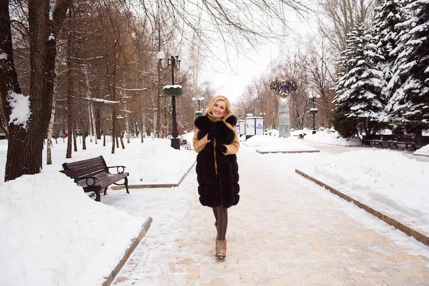 Wintermädchen spaß, schöne blondine auf dem schnee