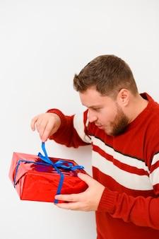 Wintermodell, welches das geschenk öffnet