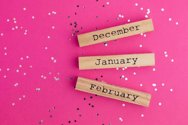 Wintermonate aus holz mit glänzenden confetii