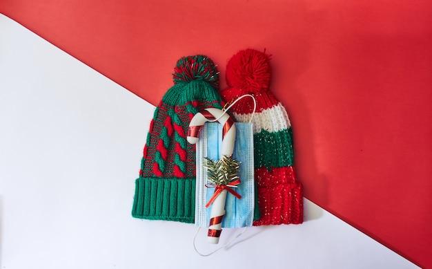 Wintermütze mit weihnachtsdekoration und gesichtsmaske