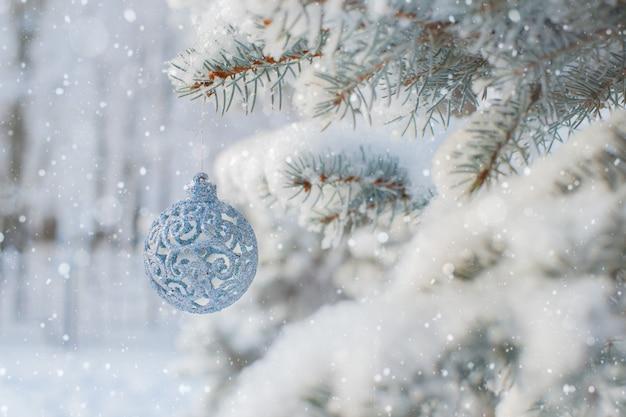 Winternatur weihnachtshintergrund mit gefrorener fichte, funkeln, bokeh, schnee.