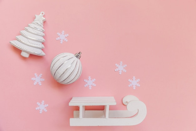 Winterobjekt-verzierungsball im rosa rahmen lokalisiert auf rosa pastellhintergrund