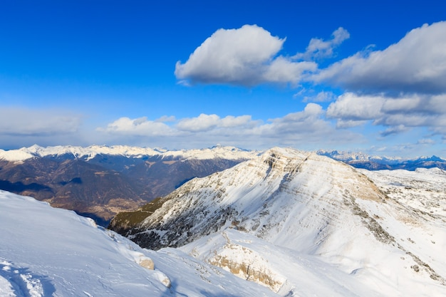 Winterpanorama aus italienischen alpen, berggipfel, cima larici asiago.