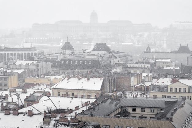 Winterpanorama von budapest mit dem ungarischen parlamentsgebäude im neugotischen stil im hintergrund.
