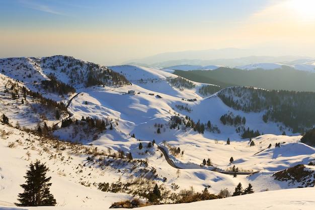 Winterpanorama von den italienischen alpen blick von der spitze eines berges schnee