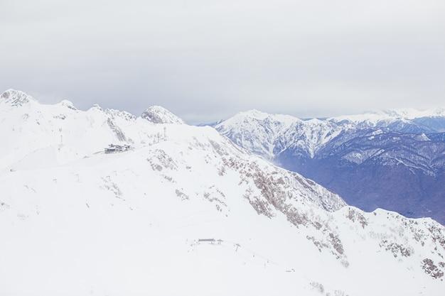 Winterpanoramaansicht von bergen. bewölkter tag der kalten wintermaille in den bergen