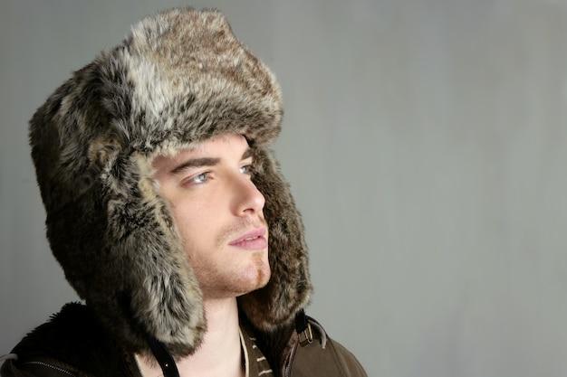 Winterpelzhutporträt des jungen mannes der mode