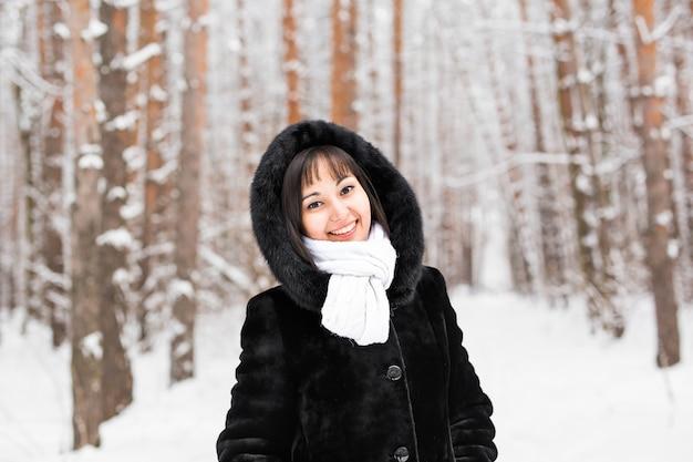 Winterporträt der jungen frau. schönes junges mädchen in einem weißen winterwald.