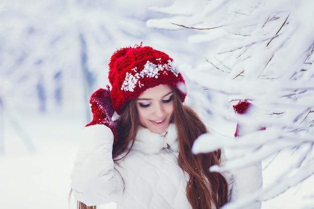 Winterporträt der jungen schönen brunettefrau