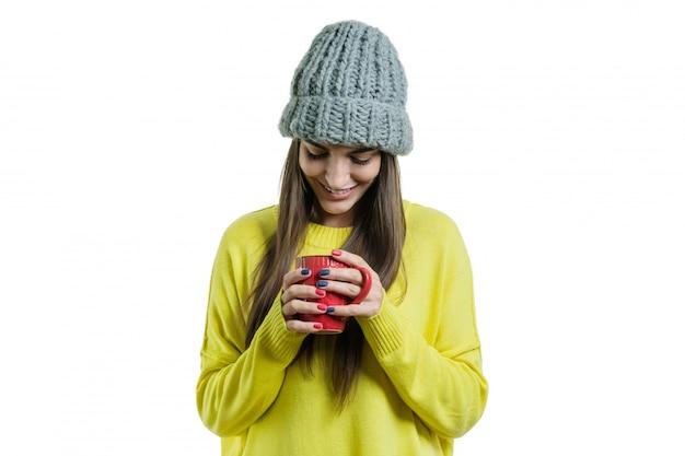 Winterporträt der lächelnden positiven frau der junge in der strickjacke
