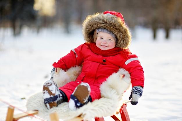 Winterporträt des schönen kleinkindjungen