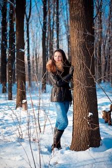 Winterporträt eines mädchens bei kaltem wetter.