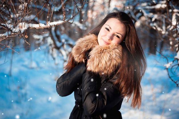 Winterporträt eines mädchens draußen im wald