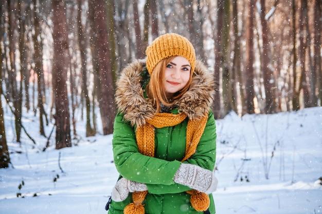 Winterportrait der jungen frau