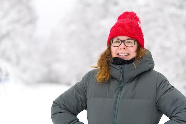 Winterreisekonzept weiblich, das den wunderbaren wintertag wintertourismus genießt